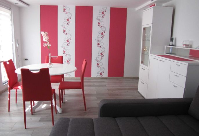 Großes Wohnzimmer mit Couchlandschaft zum Chillen, Rundem Tisch zum gemeinsamen Spielen und Stauraum für die mitgebrachten Sachen