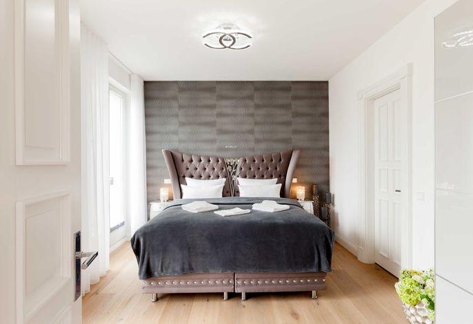 Schlafzimmer mit seitlichem Meerblick