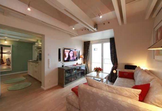 Wohnbereich mit Blick in die offene Küche der Wohnung 6 des Haus Silvana in der Berthin Bleeg Str. 3, in Wenningstedt