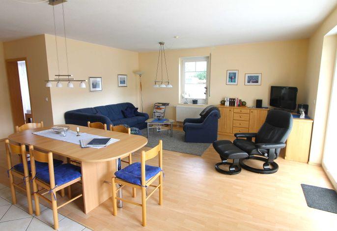 kombinierter Wohnraum mit Essbereich und Küchenzeile