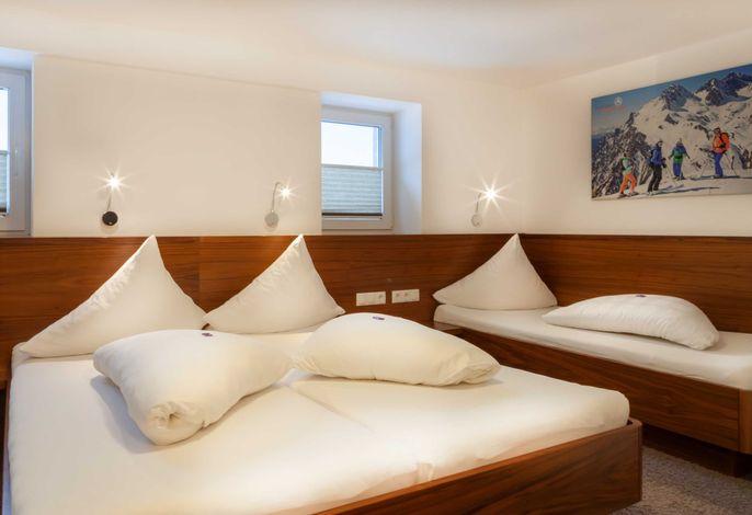 Schlafzimmer Nr.1 mit Doppel- und Einzelbett mit Bad (große Dusche/WC)