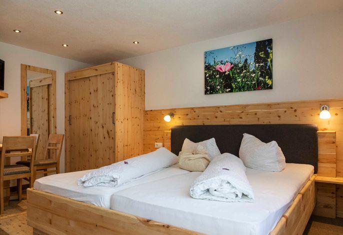 Doppelzimmer im Tiroler Stil- Zirbenbett