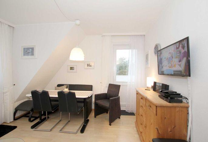 Essplatz mit 2 Stühlen und Sitzbank an der Wandseite