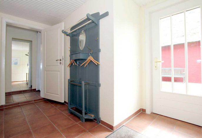 Eingangsbereich der Wohnung mit Garderobe