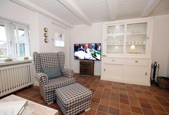 Blick von der Couch Richtung TV und Kamin