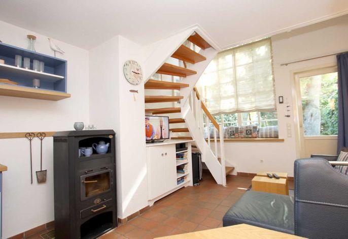 Wohnzimmer mit Fenstefront und Treppe ins OG