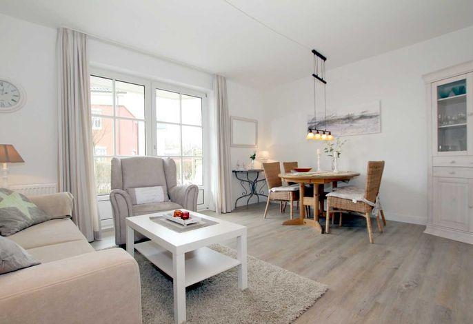 Helles, freundliches Wohnzimmer mit Ausgang zur eigenen Terrasse