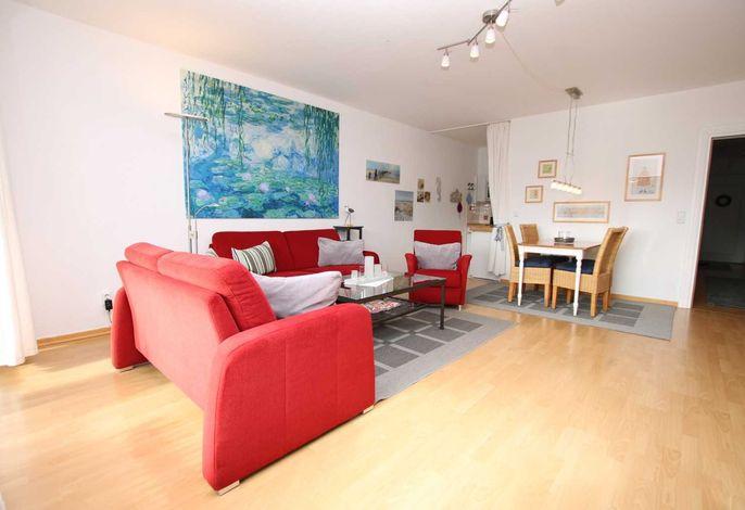 Freundliches, helles Wohnzimmer mit Essplatz für 4 Personen