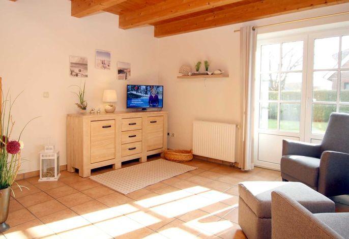 Helles Wohnzimmer mit Ausgang auf die Südterrasse