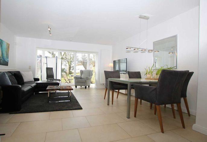 Helles sehr schönes Wohnzimmer mit Zugang zum Garten und Kamin