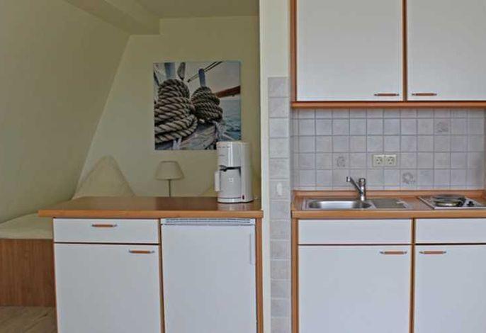 Offener Wohn- Schlafbereich mit kleiner Küche