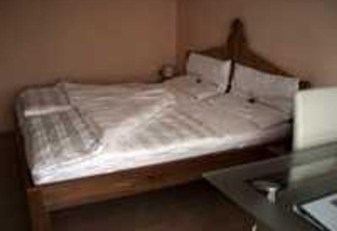 Zimmer mit Miniküche und Essbereich