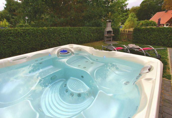 Eigener Außenwhirlpool (ganzjährig 38 °C warm) im Garten