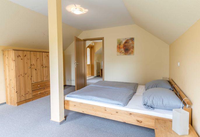 Schlafzimmer mit Doppelbett 1,80x 2,00m und ein Kleiderschrank. Das Appartement ist mit Teppichboden ausgelegt.