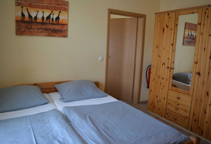 Doppelbett 1,80x2,00m. Kleiderschrank. Die Zimmer sind mit Laminat ausgelegt.