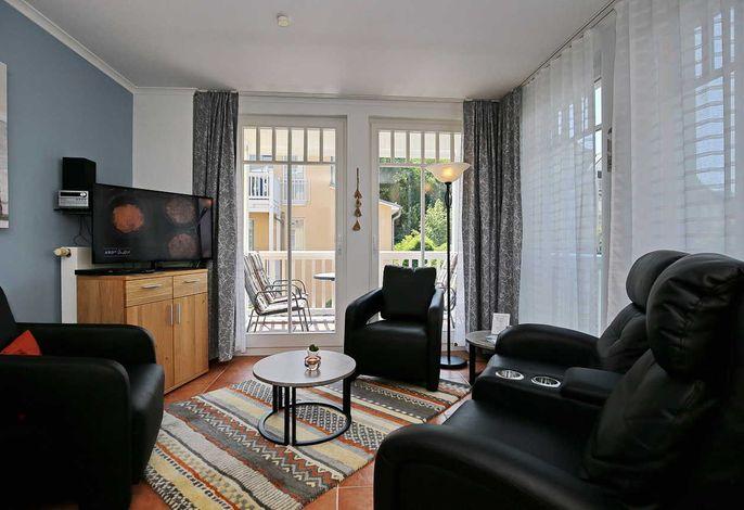 Wohnbereich mit Flachbild-TV und Sesseln