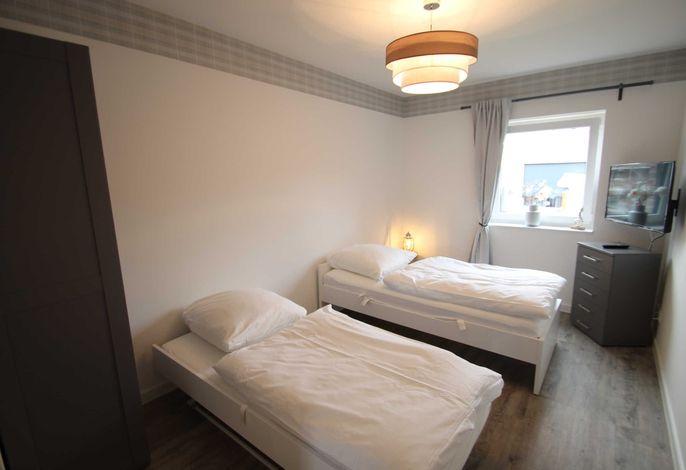 Schlafzimmer 2 mit zwei Einzelbetten und 3. TV