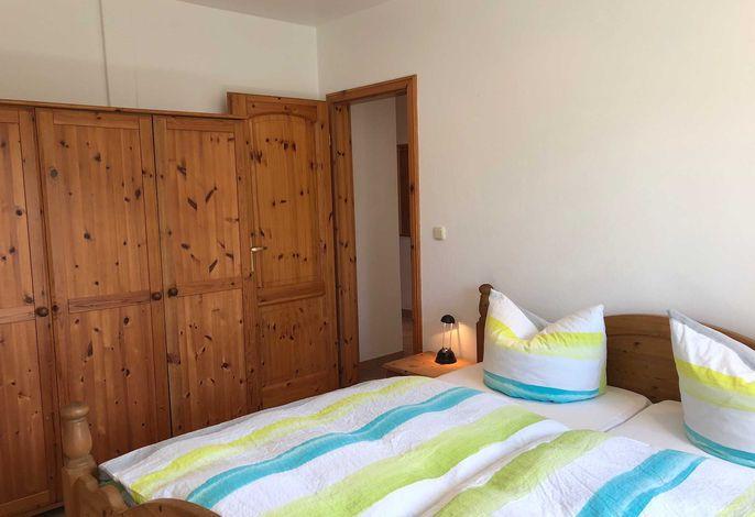 Schlafzimmer mit Doppelbett und Schrank