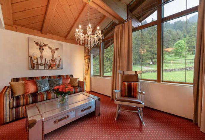 Wohnzimmer mit grossem Panoramafenster