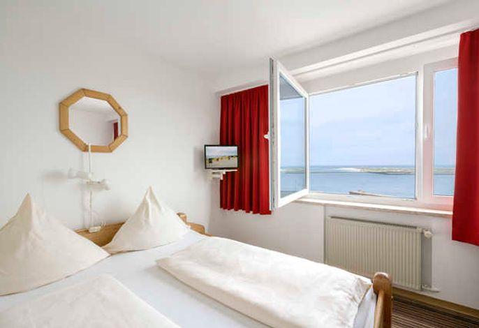 Komfortable und geräumige Zimmer mit großer Verglasung zum Klippenrand und zur Seeseite. Die Zimmer verfügen über eine Mini-Bar. Das W-LAN ist kostenlos.