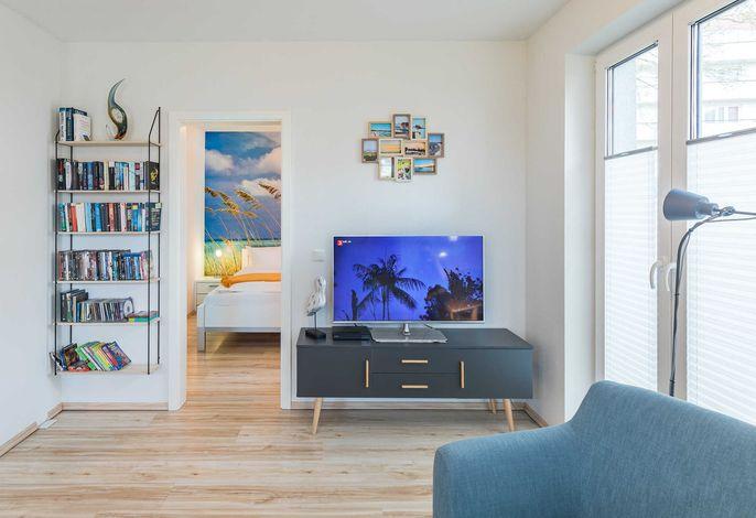 Wohnbereich mit Blick auf TV und Schlafzimmer