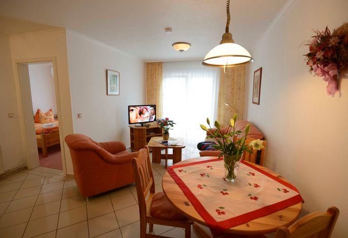 Wohnzimmer mit offener Wohnküche