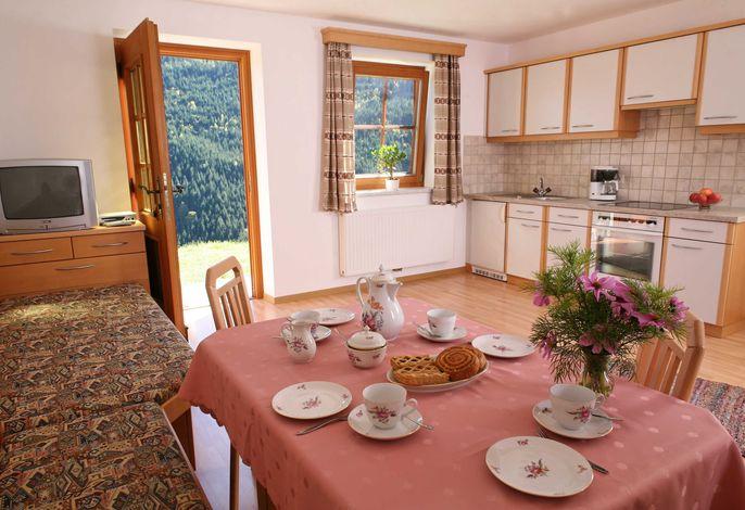 Küche mit Tür zur Terrasse