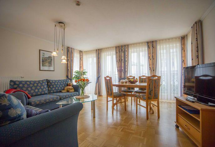 Wohnraum mit großem Esstisch
