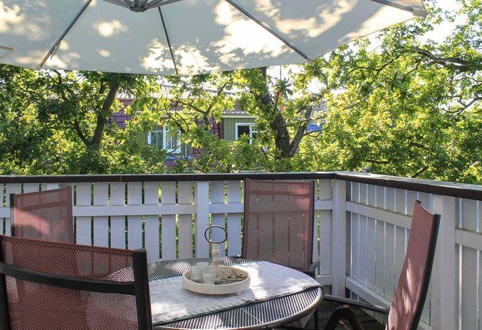 Großer Balkon mit Gartenstühlen