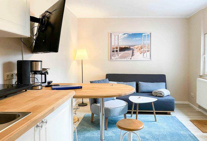 Wohnbereich mit Küche und Hochtisch