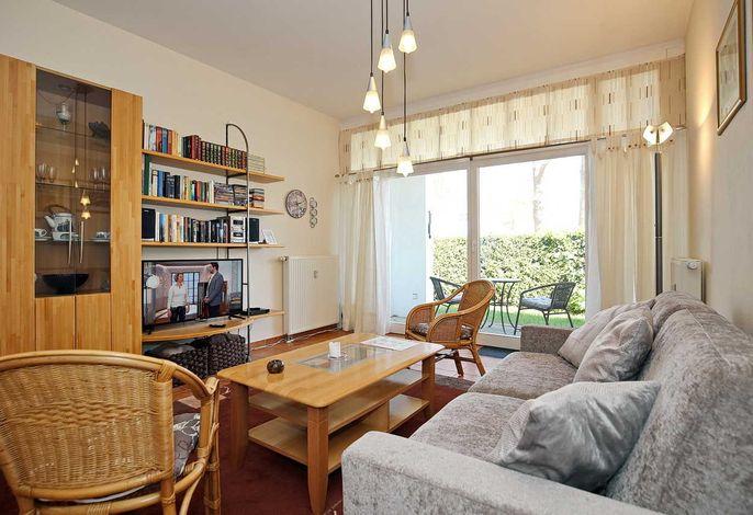 Wohnbereich mit Sofa und Flachbild-TV