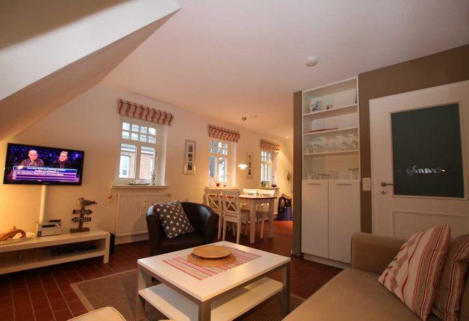 Überblick Wohnzimmer und Essbereich, dahinter die Küchenzeile