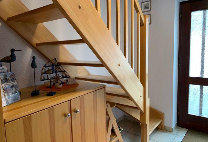 Treppe zum Schlafbereich und Bad