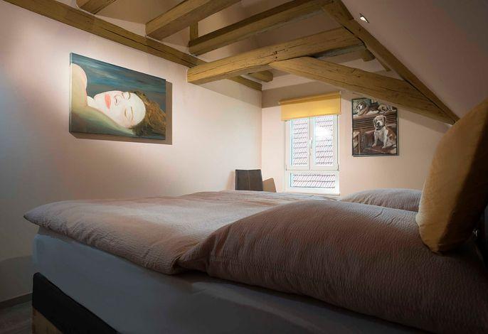 Hochkomfortabel Schlafen in riesigem Boxspringbett unter offenem Fachwerk